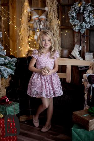 Różowa sukienka z koronki dla dziewczynki