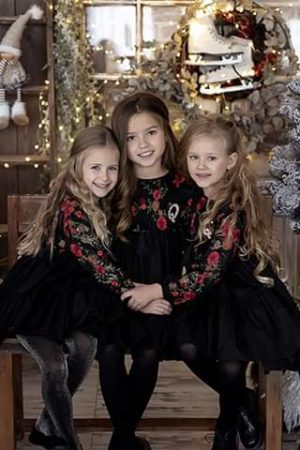 Sukieneczka wizytowe dla dziewczynki z haftowaną koronką
