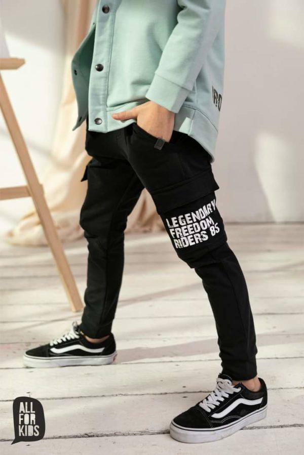 Czarne spodnie z kieszeniami ozdobione grafiką