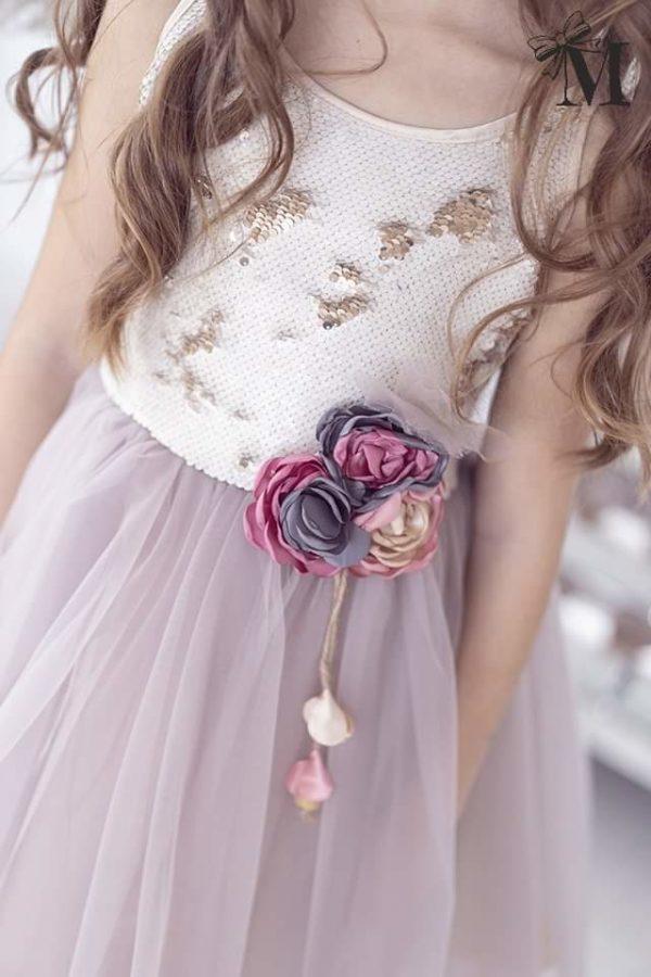 Tiulowa sukienka wizytowa ozdobiona kwiatem