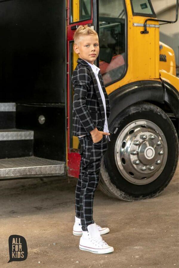 Czarny garnitur dla chłopca w kratę